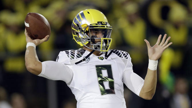 Mariota says his knee isn't an issue for Oregon