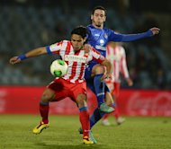 Atletico Madrid&#39;s Radamel Falcao (L) fights for the ball with Getafe&#39;s Alvaro Vazquez during their Spanish Copa del Rey match at the Coliseum Alfonso Perez stadium in Getafe, on January 10, 2013. Atletico return to La Liga competition on Sunday when they host Zaragoza