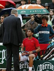 Spain&#39;s Rafael Nadal talks with the referee prior to the rain interruption during his French Open men&#39;s singles final against Serbia&#39;s Novak Djokovic at Roland Garros in Paris on June 10