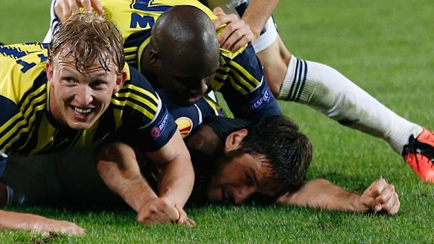 Fenerbahce's players celebrate Egemen Korkmaz's (R) goal against Benfica during their Europa League semi-final first leg soccer match at Sukru Saracoglu stadium in Istanbul April 25, 2013 (Reuters)