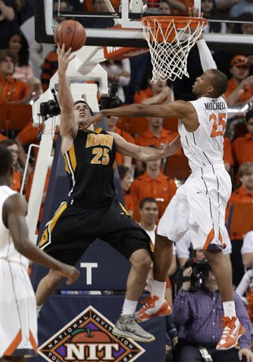 Iowa ends Virginia's home winning streak, 75-64