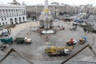 Workers clean up Independence Square in Kiev November 30, 2013. REUTERS/Vasily Fedosenko