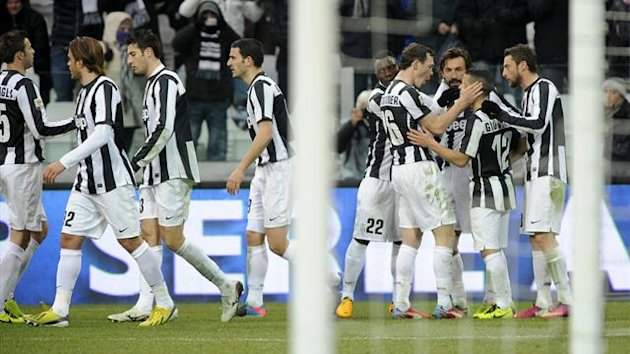 Juventus&#39; Sebastian Giovinco (2nd R) celebrates with teammates after scoring against Siena during their Italian Serie A  match at the Juventus stadium