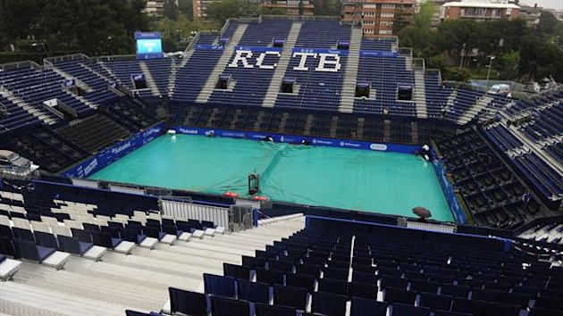 picture taken on April 25, 2013 shows the central court covered to protect it from rain before the match between France's Benoit Paire and Spain's Rafael Nadal at the Barcelona Open tennis tournament Conde de Godo in Barcelona (AFP)