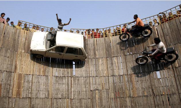 Para stuntman naik mobil dan…