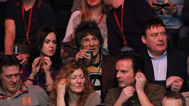 Ronnie Wood watches the snooker (Photo: Tai Chengzhe)