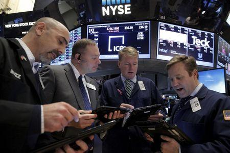 Wall St. in selloff mode as techs extend rout, oil falls