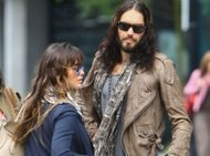 Russell Brand dan Pacarnya Semakin Mesra