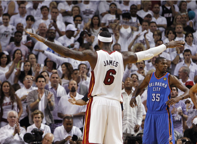 LeBron James (6), del Heat de Miami, de espalda, y Kevin Durant (35), del Thunder de  Oklahoma City, se observan durante el tercer juego de la final de la NBA, el domingo 17 de junio de 2012, en Miami