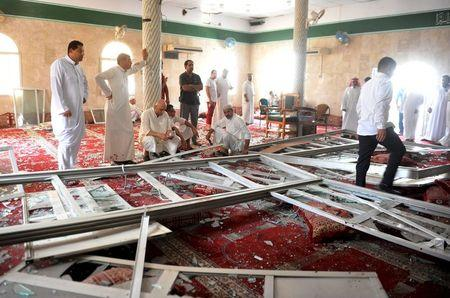 Suicide bomber kills 21 at Saudi Shi'ite mosque, Islamic State claims attack