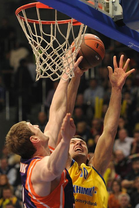 Valencia's Serhiy Lishchuk vies with BC Khimki's Kresimir Loncar (R) during the Eurocup final basketball match between BC Khimki and Valencia in Khimki, outside Moscow on April 15, 2012.    AFP PHOTO