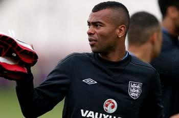 Ashley Cole available for England selection after apologizing to FA chairman for Twitter rant