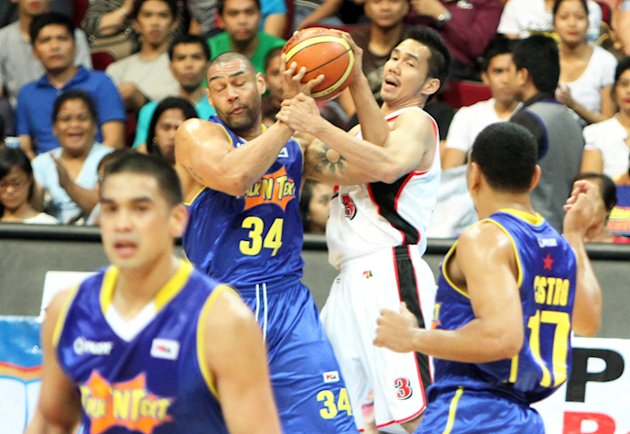 Ali Peek and Cyrus Baguio battle for the loose ball. (PBA Images)