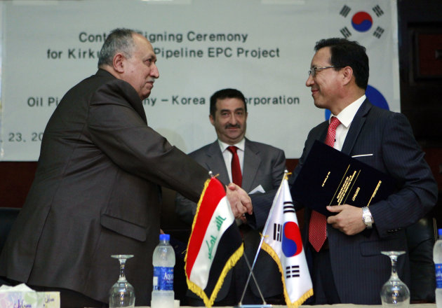 Vice President Jung Jin-seok, right, shakes hand with Hashim Abdul-Ghafour,General Director of state-run Pipelines Company , left, in Baghdad, Iraq, Tuesday, Oct. 23, 2012. Iraq on Tuesday inked a multi-million dollar deal with South Korea's KOGAS that will set in motion the building of two key gas pipelines in the country's north .(AP Photo/Hadi Mizban)