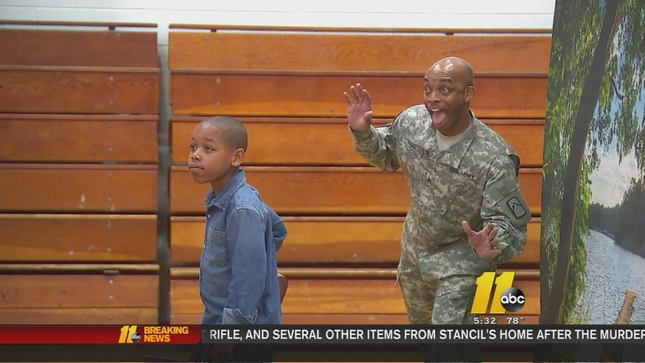 Soldier photobombs his son in this heartwarming homecoming