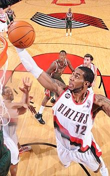 As Blazers drop, Aldridge stands tall