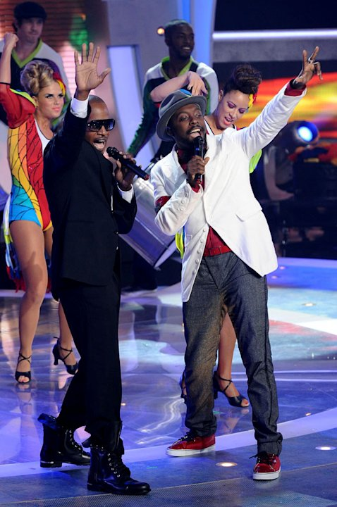 Jamie Foxx and will.i.am perform …