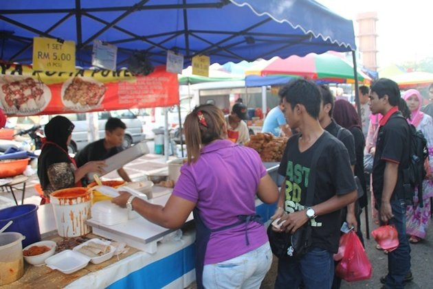Fantasi kepelbagaian jenis makanan menjadi realiti di bazaar ramadan Taman Tun Dr. Ismail.