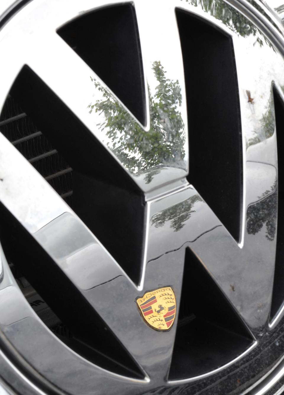 3 charged with credit fraud over Porsche's VW bid