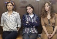 Las integrantes de la banda punk Pussy Riot, de izquierda a derecha, Nadezhda Tolokonnikova, Yekaterina Samutsevich y Maria Alekhina en una corte de Mosc, Rusia, el viernes 3 de agosto de 2012. Las tres punks enfrentan un juicio por protestar contra el presidente Vladimir Putin en una catedral de Mosc y podran ser sentenciadas a siete aos en prisin. Madonna pidi clemencia para las punks el lunes 6 de agosto de 2012. (Foto AP/Misha Japaridze)