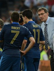 French headcoach Laurent Blanc (R) speaks to French midfielder Franck Ribery and French midfielder Samir Nasri during the Euro 2012 championships football match France vs England on June 11, 2012 at the Donbass Arena in Donetsk. AFP PHOTO / PATRICK HERTZOG
