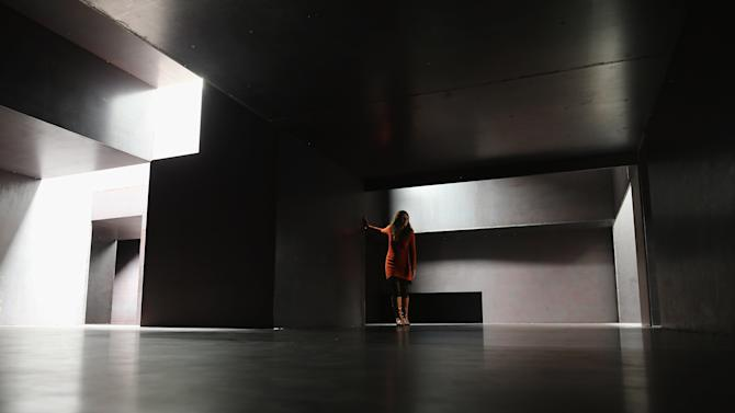 "Anthony Gormley Unveils His New Work ""Model"" At the White Cube Gallery"