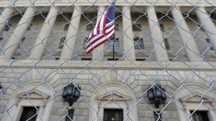 A fence surrounds the U.S. Department of Commerce in Washington October 5, 2013. REUTERS/Mike Theiler