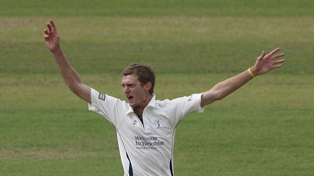 Oliver Hannon-Dalby will complete his move to Warwickshire on March 1