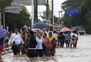 People walk through flooded streets in Acapulco September 17, 2013. REUTERS/Jacobo Garcia