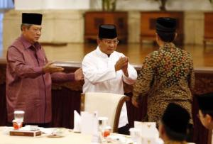 """Indonesia President Susilo Bambang Yudhoyono gestures to presidential candidate Prabowo Subianto to shake hands with fellow candidate Joko """"Jokowi"""" Widodo during a meeting at the presidential palace in Jakarta"""