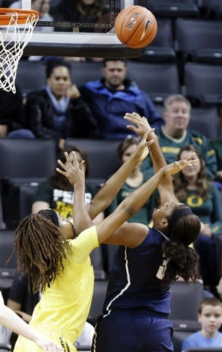 No. 1 Connecticut women beat Oregon 95-51