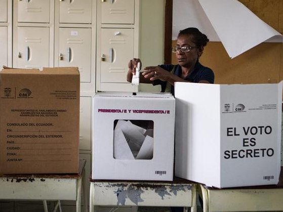 &lt;p&gt;Docenas de ecuatorianos asistieron a votar hoy, domingo 17 de febrero del 2013, en las instalaciones del colegio &quot;Don Bosco&quot; ubicado en Caracas (Venezuela). M&aacute;s de 9000 ecuatorianos residentes en Venezuela podr&aacute;n participar en las elecciones presidenciales y legislativas de &lt;span class=&quot;classCadenaBusqueda&quot; style=&quot;background-color: #ffcc33;&quot;&gt;Ecuador&lt;/span&gt;. EFE/MIGUEL GUTI&Eacute;RREZ&lt;/p&gt;