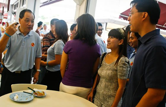 Worker's Party Low Thia Kiang meets Dr Lam (Yahoo! photo)