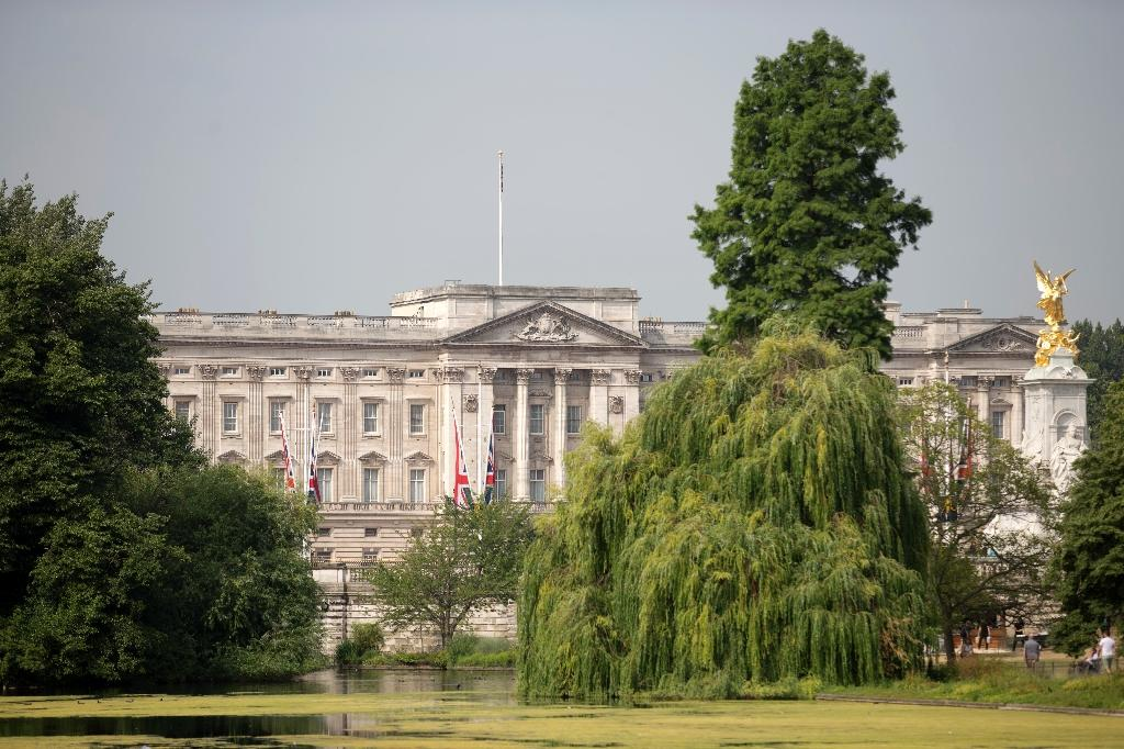 Fathers'-rights activists scale Buckingham Palace gallery roof
