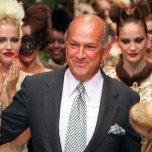 Designer Oscar de la Renta dies of cancer at 82