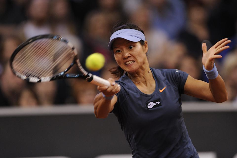 Li Na from China returns a ball to Maria Sharapova from Russia during the final of the WTA tennis Porsche GP in Stuttgart, Germany, Sunday, April 28, 2013. (AP Photo/Daniel Maurer)