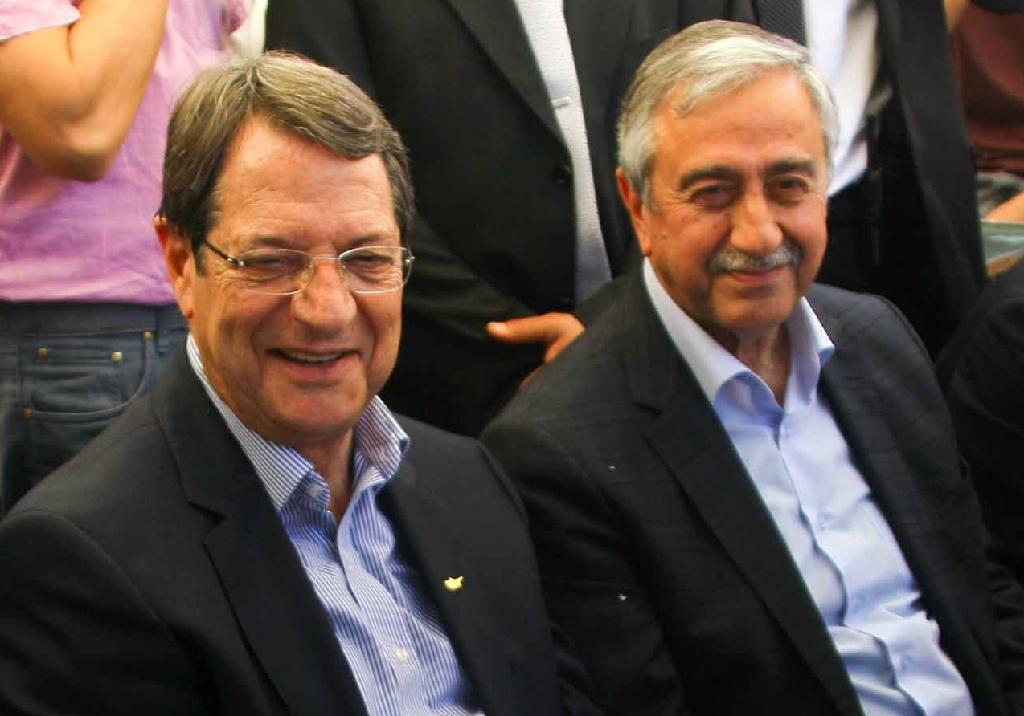 Rival Cyprus leaders in coffee shop 'message of hope'