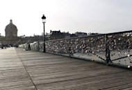 Candados enganchados por parejas enamoradas en el famoso Pont des Arts parisino, sobre el ro Sena, el 4 de enero pasado. La moda de enganchar candados a los puentes metlicos, cuyo origen es confuso, se ha convertido en un atractivo turstico en Pars. (AFP/Archivos | Thomas Samson)