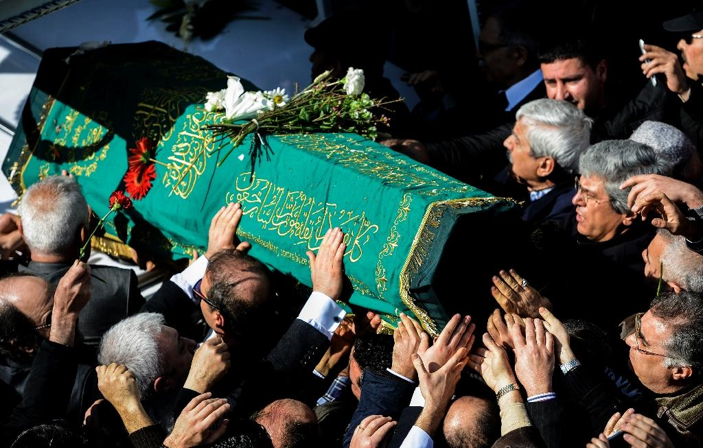 Thousands throng funeral for Turkish author Yasar Kemal