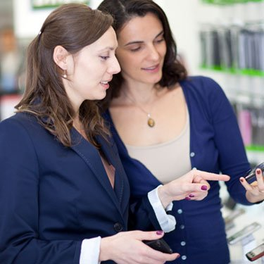 Woman-choosing-smartphone-in-a-cell-phone-shop_web