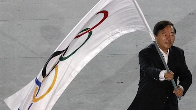 Nanjing Mayor Ji Jianye waves the Olympic flag (Reuters)