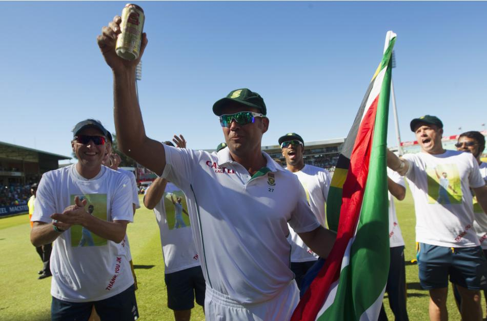 South Africa's Kallis takes a lap of honour as his test career ends after fifth day of second cricket test match against India in Durban
