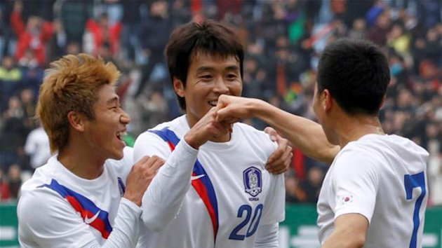 FOOTBALL South Korea's Lee Dong-Gook (C) celebrates his goal with his teammates Lee Keun-Ho (L) and Kim Do-Heon