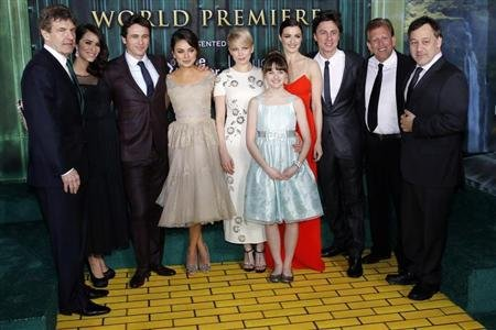 "(From L-R) Walt Disney Studios Chairman Alan Horn, actress Abigail Spencer, actor James Franco, actresses Mila Kunis, Michelle Williams, Joey King, Rachel Weisz, actor Zach Braff, producer Joe Roth and director Sam Raimi pose for a picture at the premiere of the Disney movie ""Oz the Great and Powerful"" at the El Capitan Theatre in Hollywood, California February 13, 2013. REUTERS/Patrick Fallon"
