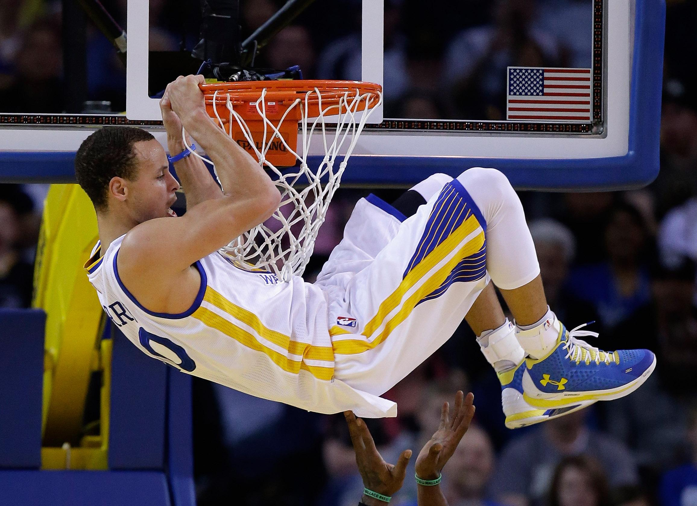 Curry leads Warriors to 19th straight home win