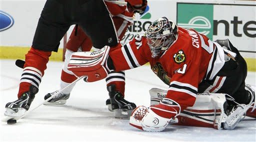 Crawford helps Blackhawks top Red Wings 2-1
