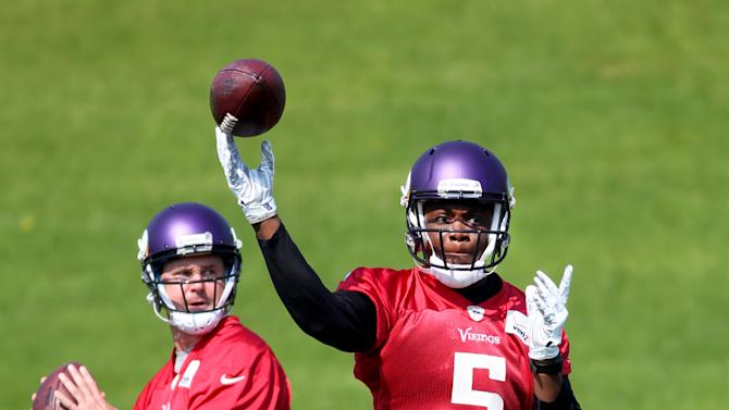 Minnesota Vikings quarterbacks Teddy Bridgewater (5) and Shaun Hill throw during at the Vikings practice facility Wednesday, May 27, 2015 in Eden Prairie, Minn. (AP Photo/Andy Clayton-King)