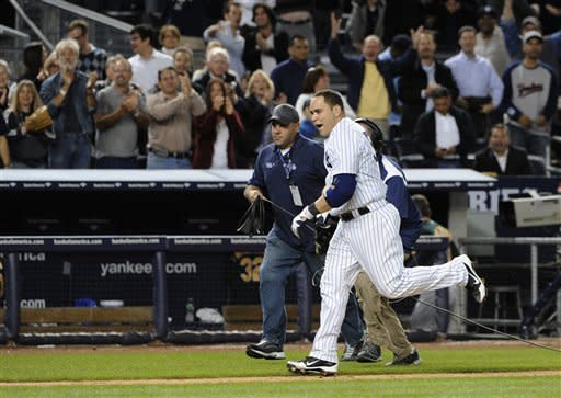 Martin gives Yankees win in 10th inning