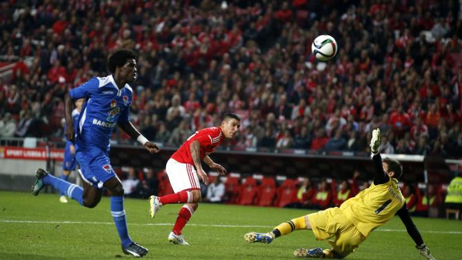 Benfica's Pereira tries to get past Gil Vicente's goalkeeper Facchini during their Portuguese premier league soccer match in Lisbon