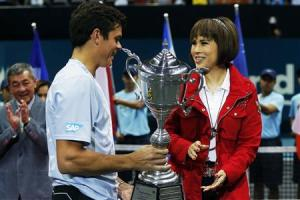 Thai Princess Ubolratana Rajakanya presents the winner's trophy to Milos Raonic of Canada after the men's singles final match at the Thailand Open tennis tournament in Bangkok